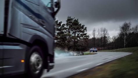 Connected Safety: Camioanele și autoturismele Volvo se avertizează reciproc