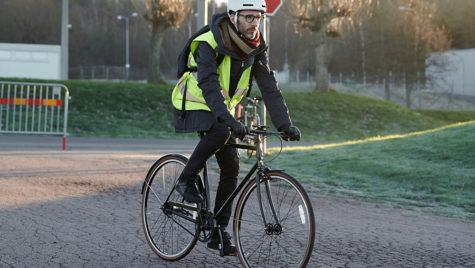Scania a dezvoltat o cască inteligentă pentru bicicliști