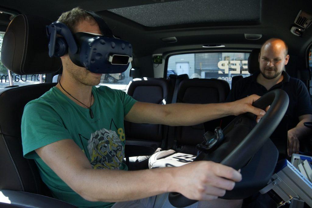 Daimler Trucks: Lkw-Fahrer testen neue digitale Fahrzeugsysteme in mobilem SimulatorDaimler Trucks simulator mobil