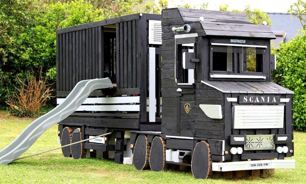 Loc de joacă în formă de camion