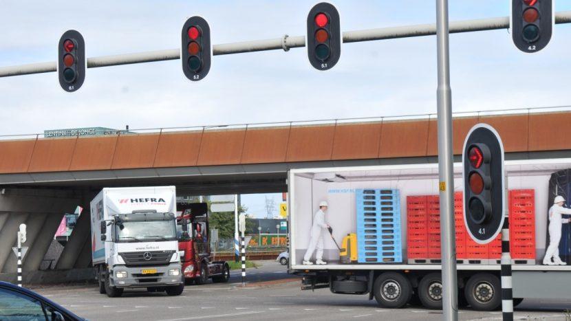 """Olandezii testează un sistem """"undă verde"""" pentru camioane"""