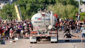 Mai rău ca la Calais: camioane oprite de manifestanți în SUA