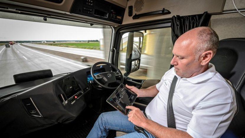 Marea Britanie ar putea permite vehicule semi-autonome pe autostrăzi din 2021