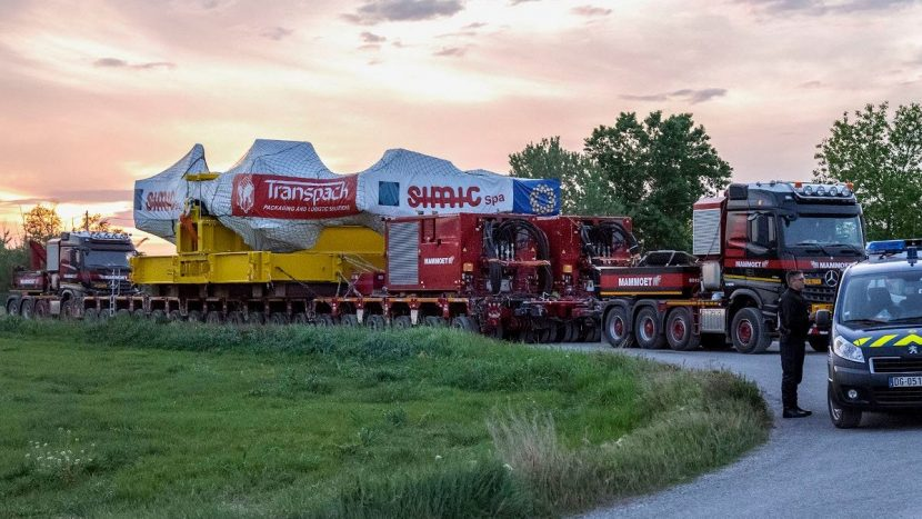 430 de tone transportate cu două camioane și sistemul TPA de la Mammoet
