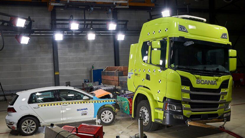 Video: Crash test cu un camion electric. Cum rezistă bateriile