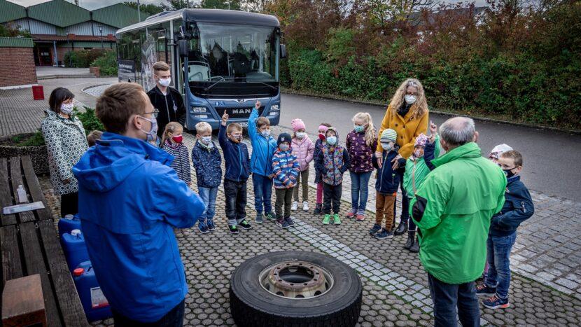 MAN învață copiii cum să se comporte în autobuze și în jurul acestora