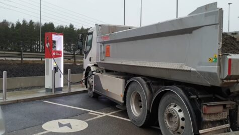 Video: Camion electric în stația de încărcare. Avantaje și dezavantaje